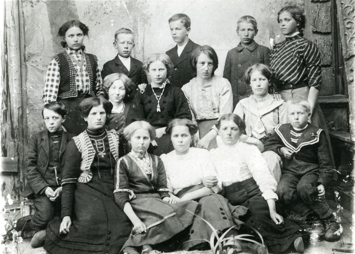 1. rekke fra venstre: Paul Sætre, Anna Nyberg g. Nyholm, Helga Engebak g. Pedersen (1899-1991), Helga Nabben g. Geraghty (1899), Oline Tørmo g. Holdheim (1898-1929), Trygve Sørli (1899). 2. rekke fra venstre: Inga Sørli g. Olsson, Agnes Granli g. Stensløkken, Signe Vesterhaug g. Rynning, Olga Moen g. Hansen. 3. rekke fra venstre: Helga Sølund g. Voldmo, Gustav Westgård, Einar Sætre, Emil Karlsen (Pettersen), Anna Rønningen g. Melby.