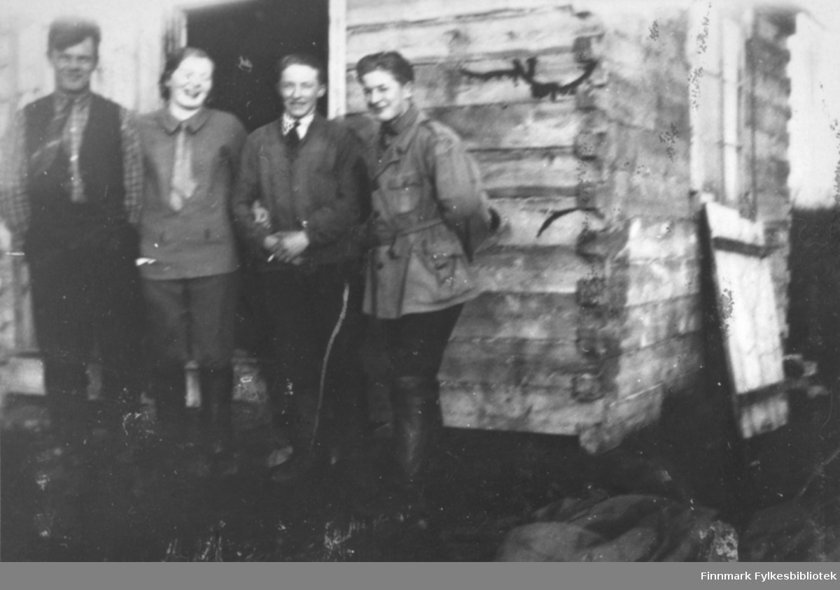 Tre menn og en dame foran et hus i Salttjern.