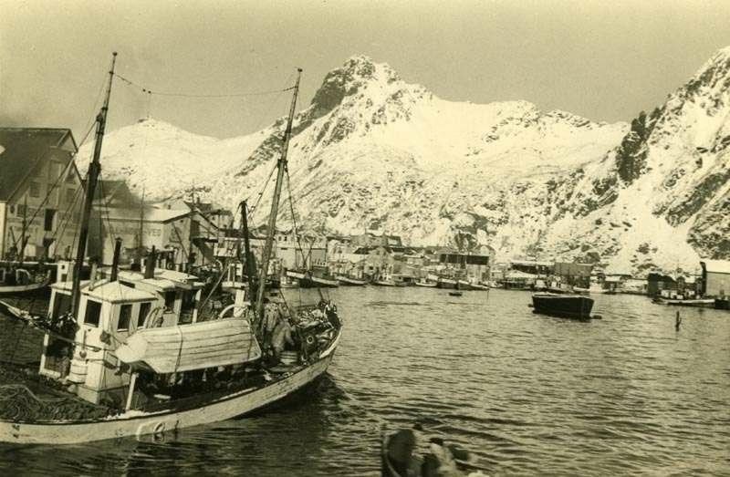 Fiskebåt med last på vei mot land