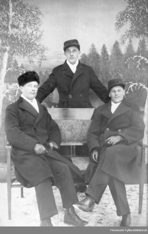 Atelierfoto av tre menn. Vi vet ikke hvem disse mennene er.