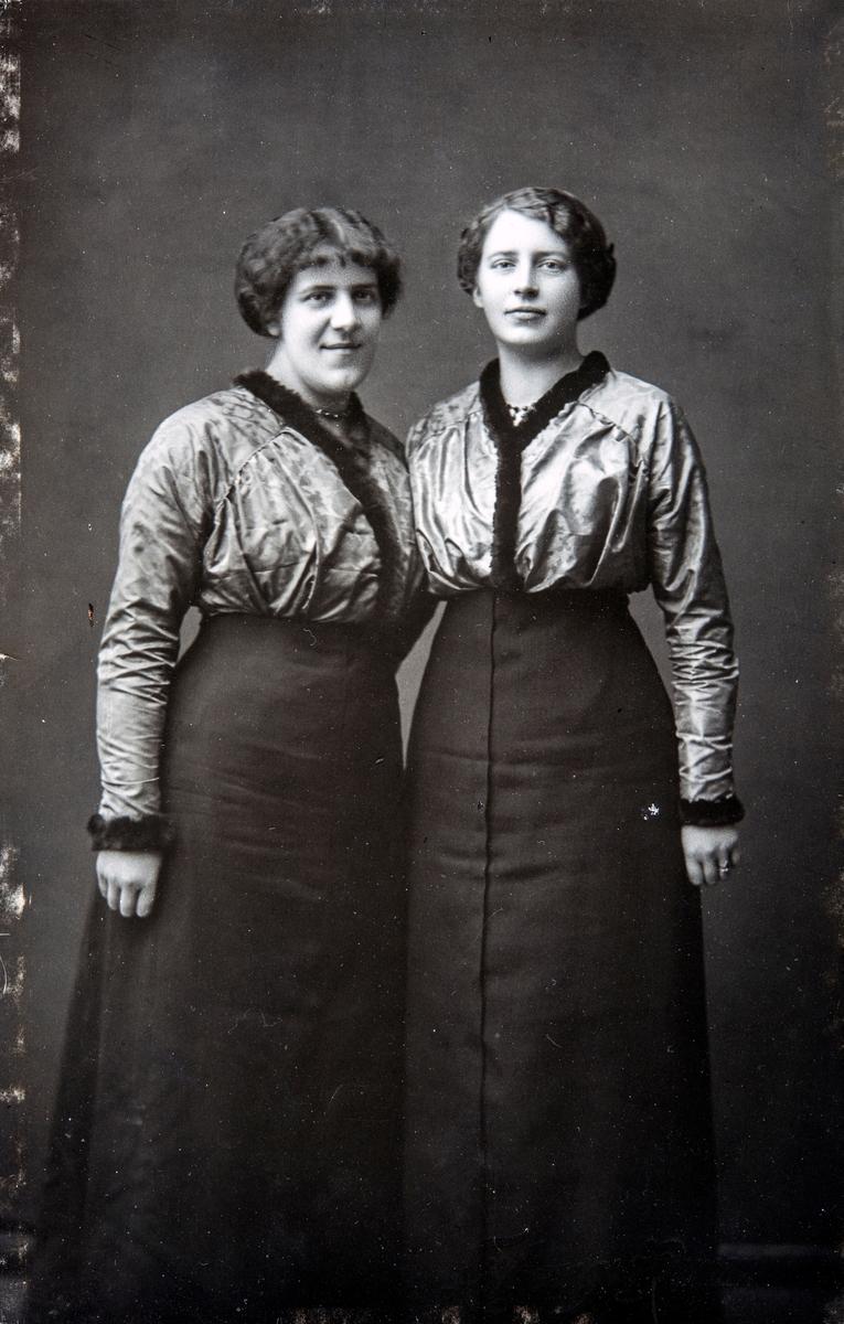 Gruppe 2 søstre. Signe Ingvaldsen sammen med sin søster Magda Ingvaldsen (f: 17/2-1896) Signe Ingvaldsen drev som fotograf i Hamar.  Signe er født i Hamar 1/11-1893 - død 15/6-1944. Hun arbeidet i mange år hos fotograf Oscar Løberg, og ble senere assistent hos fotograf Ingeborg Larsen. Og overtok hennes forretning i 1928. Hun drev videre i ca 10 år, frem til 1938. Dessverre ble hele arkivet dumpet i Mjøsa.