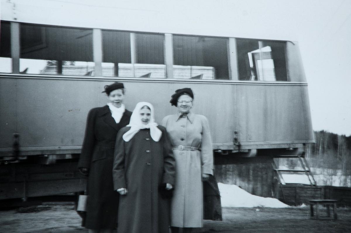 Fredheim gnr. 80 bnr. 5, Vang H. F.v. ukjent, Marthe Nygaard, Dagny Nygaard. Lastebil, eier Johs. Nygaard, påmontert transporthus, 1950 tallet. Lastebil til vanlig brukt som melkebil.