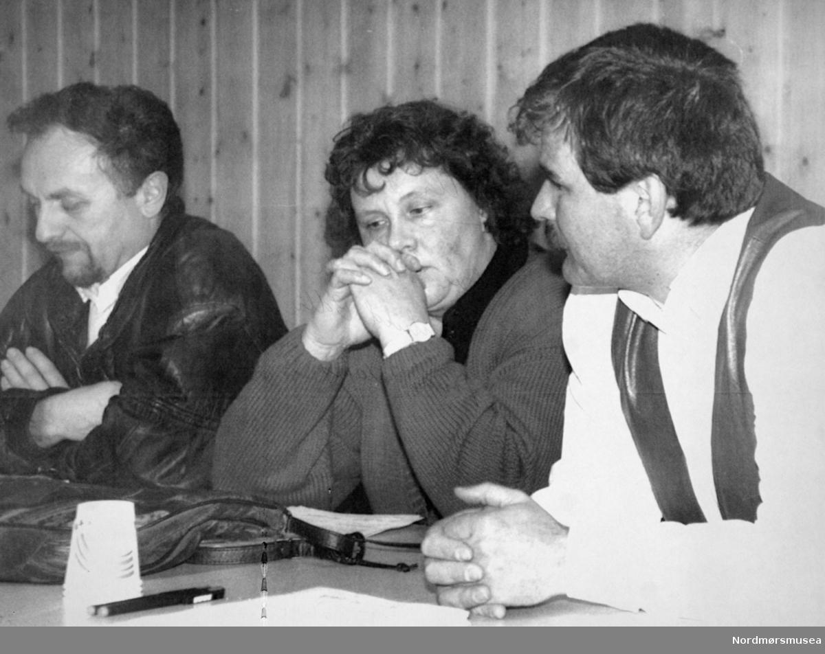 Bolli skole. Ove Silseth, Ragnhild Bolli, Jøran Naas. Bildet er fra avisa Tidens Krav sitt arkiv i tidsrommet 1970-1994. Nå i Nordmøre museums fotosamling.