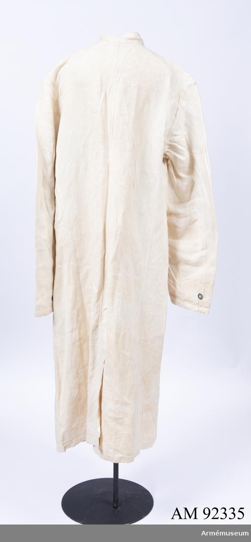 Stallrock sydd i grov linneväv med tennknappar. Förmodligen en militär modell från slutet av 1800-talet, återanvänd av Svenska Röda Stjärnan.