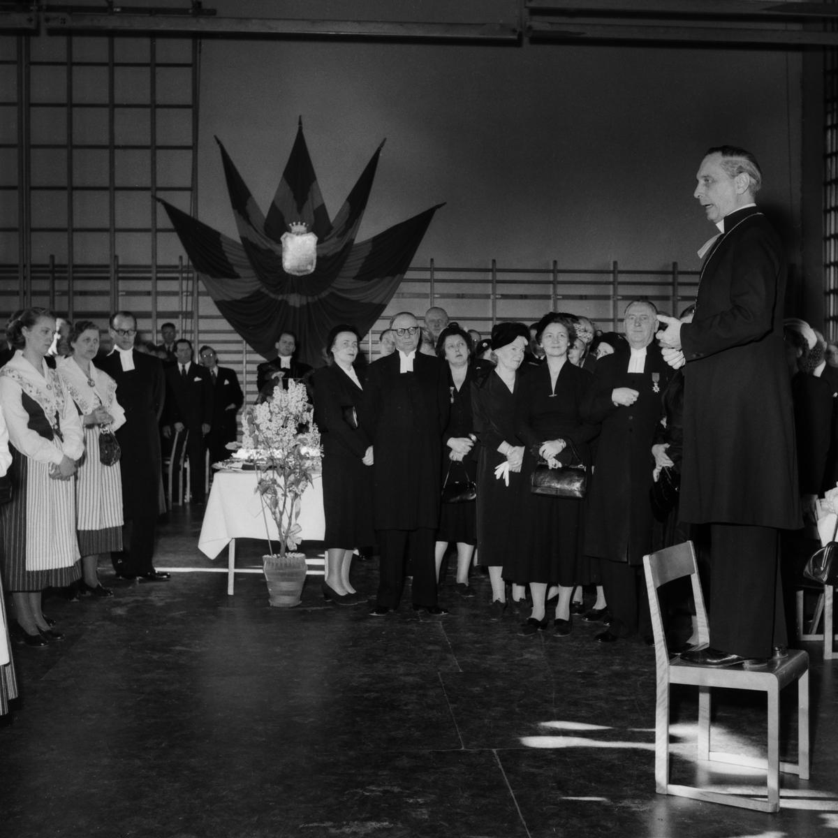 Biskop Torsten Ysander mottager Stiftets 60-årsgåva den 10/3 1953.  Bil. Fordon. Födelsedag. Biskop. Gåva. Firande. Stift.