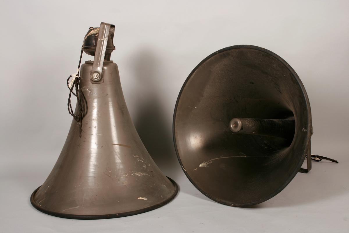Fire høytalere i metall. Oppheng i metall, med strømkåpe av kunststoff og ledning trukket av tekstil. Nedre kant på klokkestykket i beskyttende gummi.