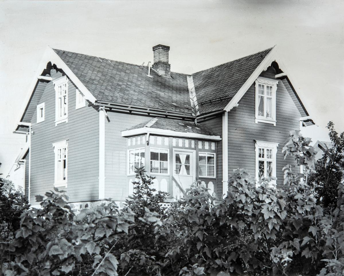 """Eiendomen """"Solvang"""" i Ottestad, Stange. Hit flyttet Anne og Embret Halvorsen Brændholen og barna i 1914. Etter Annes død, i 1962, overtok yngste barnet Halvor Brændholen og hans kone Olga huset."""