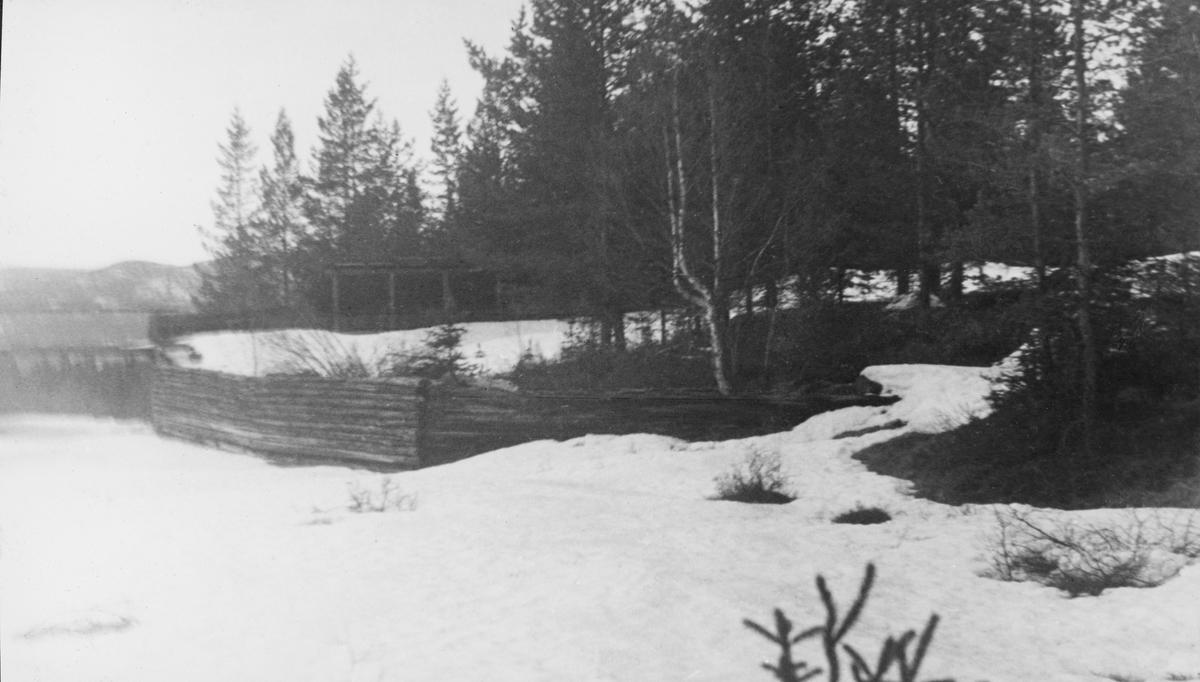 Fiskvikrokkdalsdammen i elva Rokka i Rendalen, fotografert på en seinvintersdag i 1943. Landskapet og vassdraget var ennå dekt av snø. Vi ser imidlertid skådammen som ledet inn mot den vestre damløpet, en loddrett tømmerskjerm. Vi aner også takoverbygget over den østre damarmen mot barskogen i bakgrunnen. Motivet inngår i et todelt opptak - jfr. SJF.1989-04650. Mer informasjon om denne fløtingsdammen finnes under fanen «Andre opplysninger».