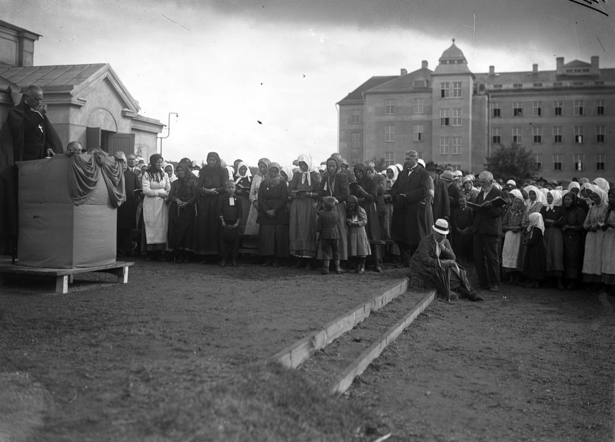 Svenskbybor på Ryhovs kasernområde i Jönköping 1929. På lördagen firades en utomhusgudstjänst med Växjöbiskopen Edgar Reuterskiöld som står i talarstolen. Den besöktes av 5000 personer. Till vänster skymtar regementsmatsalen och till höger den södra kasernen.