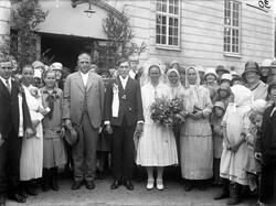 Ett brudpar med gäster utanför kasernen på Ryhov. Efter anko