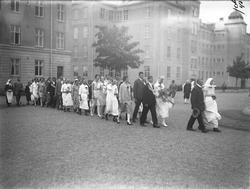 Gustav Annas och Emma Hinnas med gäster utanför kasernen på