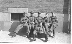 Soldater utanför kasernvakten.