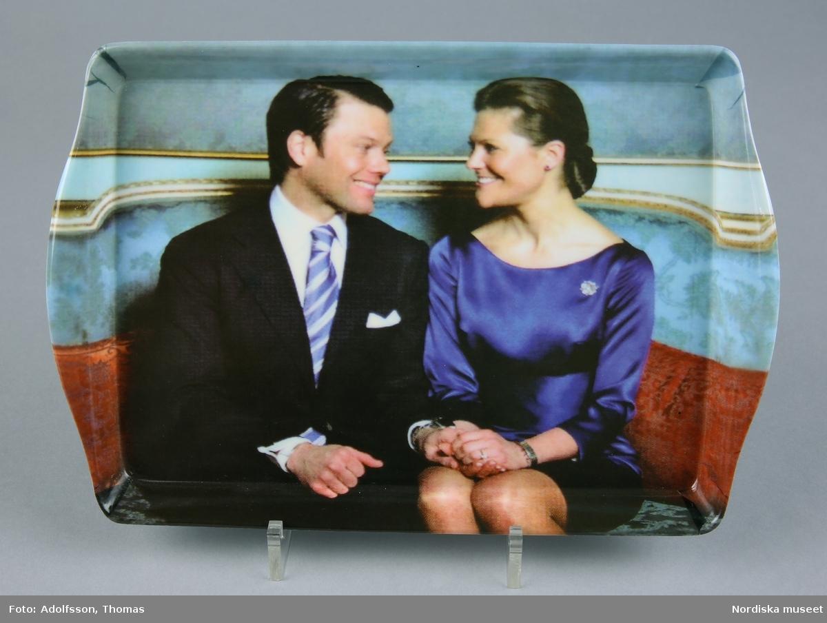 Kronprinsessparet (Viktoria och Daniel) sittande i soffa