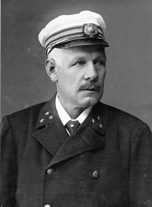 Porträtt av sjökapten Lindberg i uniform.