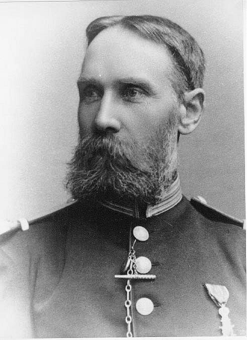 Bröstbild av fanjunkare Dahlström i uniform med medalj på bröstet. En man med skägg.