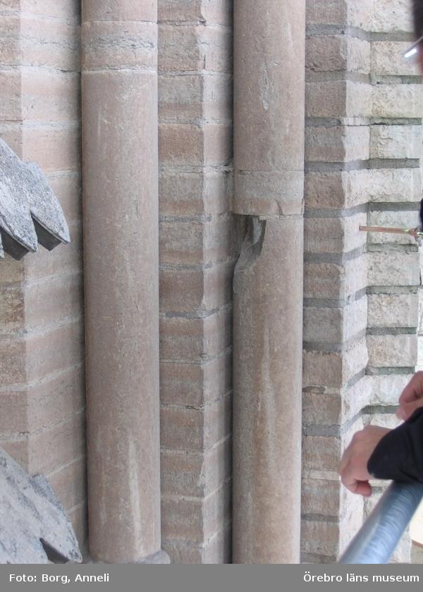 Renoveringsarbeten av tornfasader på Olaus Petri kyrka (Olaus Petri församling).Vittrad kolonn, östra tornet.Dnr: 2008.230.065