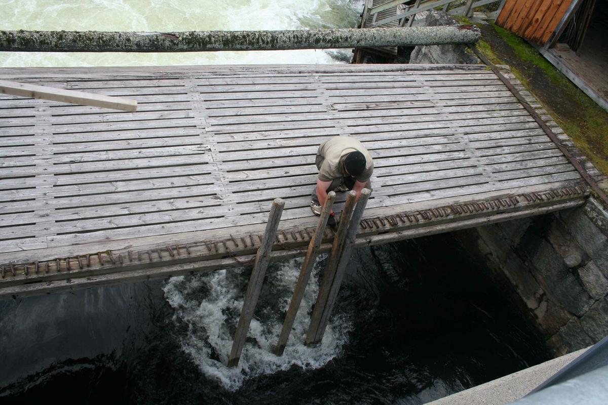 Dammen settes,  Vannbruksmuseet, Atnbrua