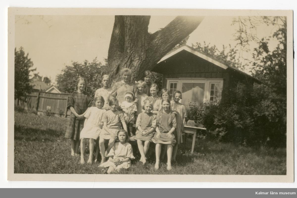 Anna Severina Peterson med barnhemsbarn.