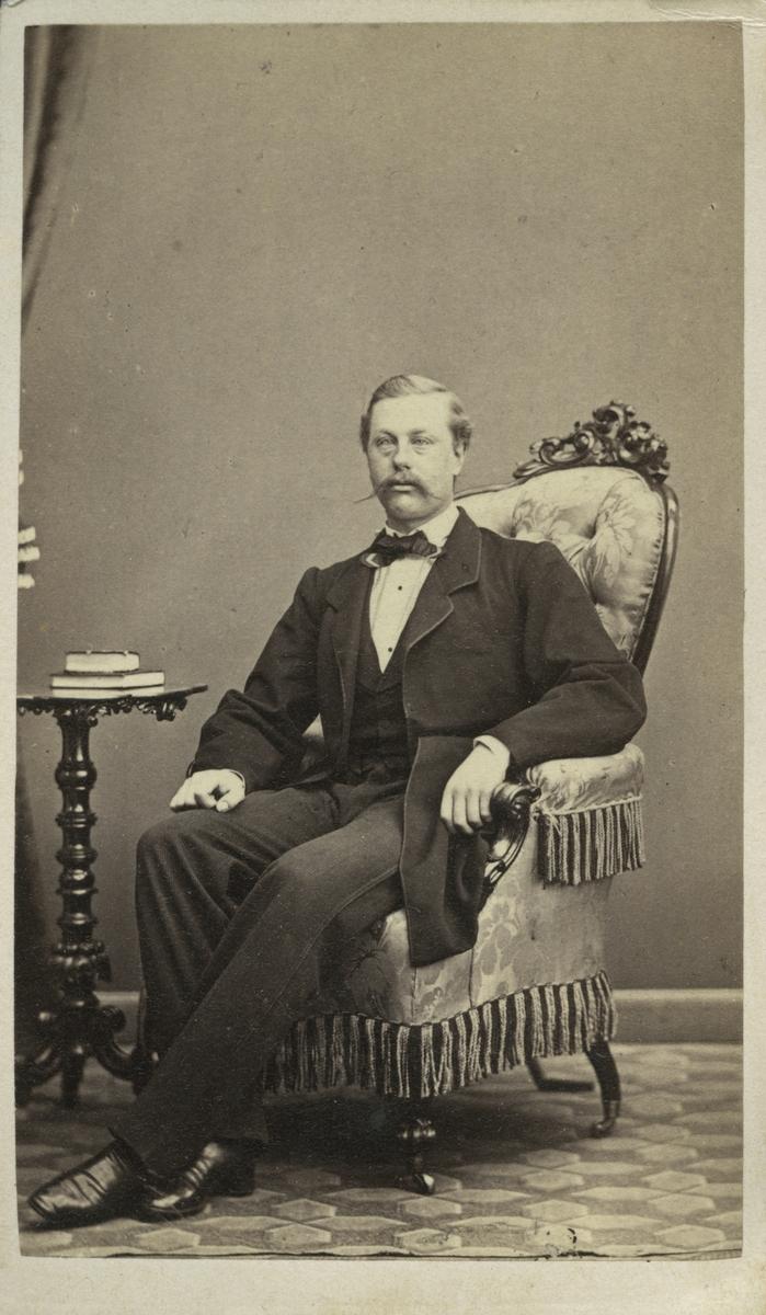 Friherre Paul Ehrencrona underlöjtnant vid Kungliga Livregementets Grenadjärer. År 1864.
