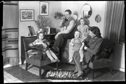 Familj i vardagsrum