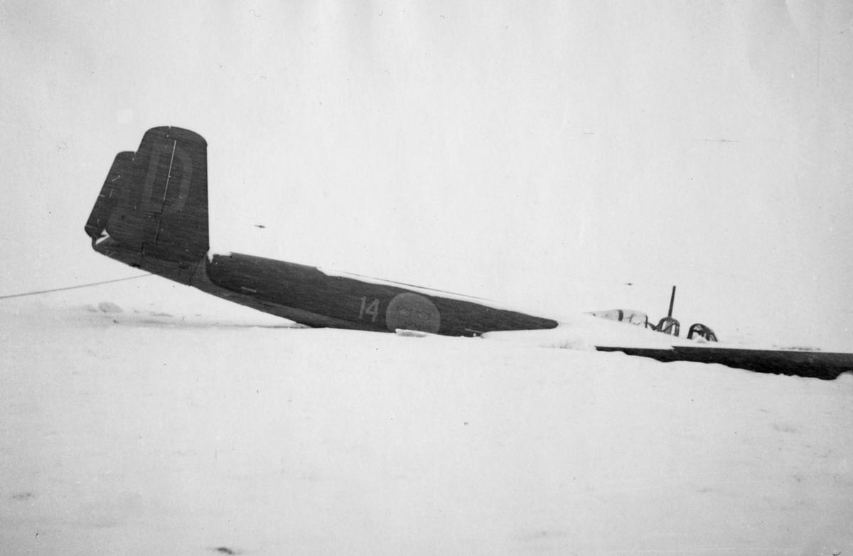 Flygplan B 18B nummer 18172, Röd David ligger på isen utanför Härnösand efter nödlandning den 10 februari 1946.