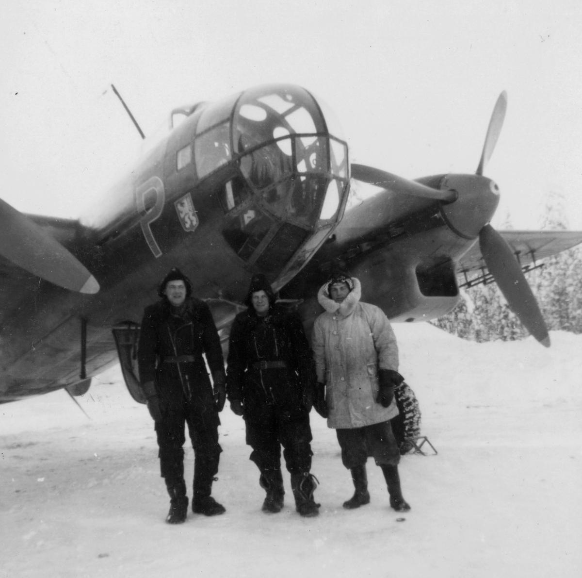 Flygmekaniker från F 14 framför flygplan B 18 i februari 1946, i samband med planerad flygning Halmstad-Kiruna. Flygningen slutade i nödlandning i Härnösand den 10 februari.