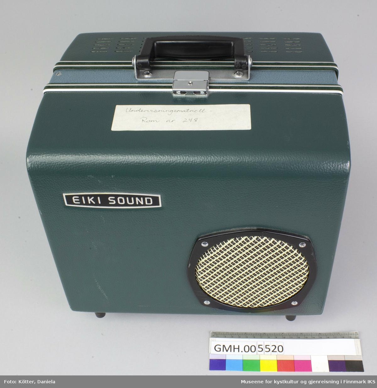 Fremviseren er funksjonsdyktig. Den har en kropp av metall og to sidedeler av grønn kunststoff. For å bruke apparatet, åpnes låsen på oversida, slik at den ene sidedelen kan tas av. I den er det innbygt et høyttaler. Den kan forbindes med apparatet med en audiokabel, som ikke ligger ved. Nederst, under projektormaskinen, er det et hulrom som huser strømkabelen. Armene for filmspolene kan klaffes ut. De klaffes inn ved å trykke på en sølvfargen knapp ved siden av.