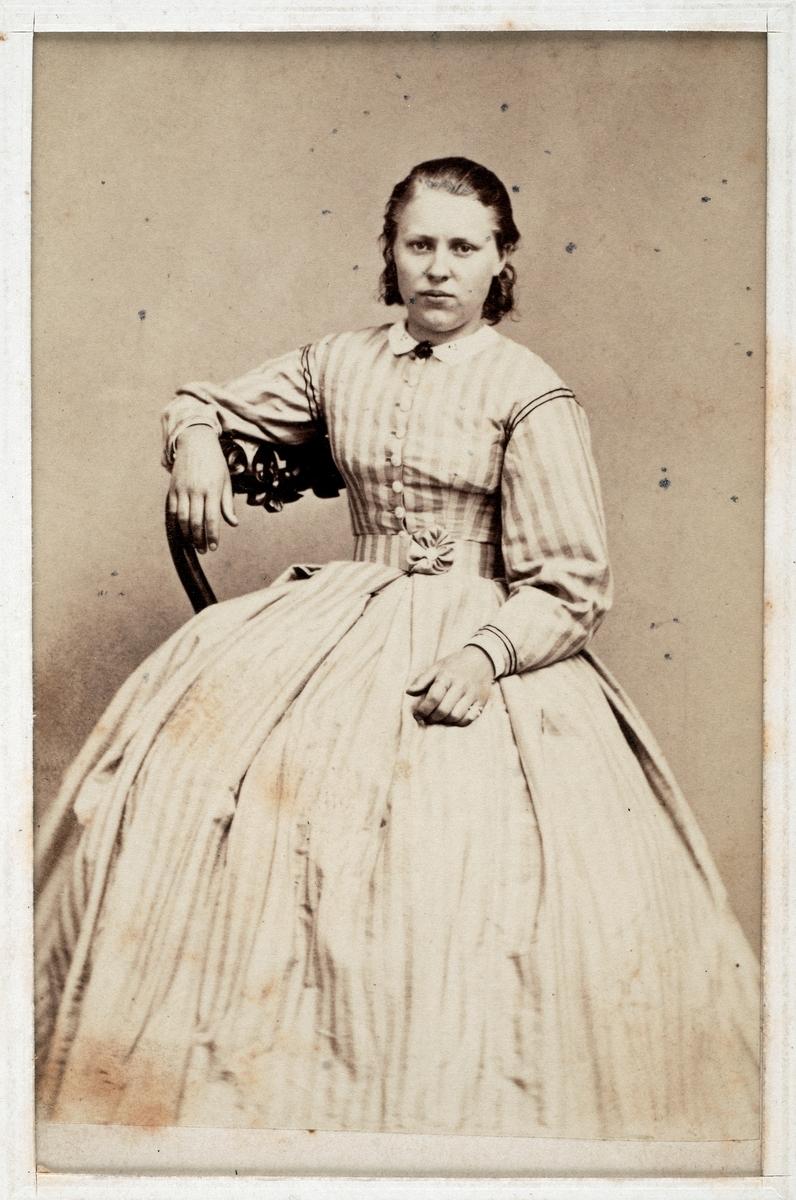 Nitton fotografier av män, kvinnor och barn, ateljéporträtt, datering 1800-1900-tal