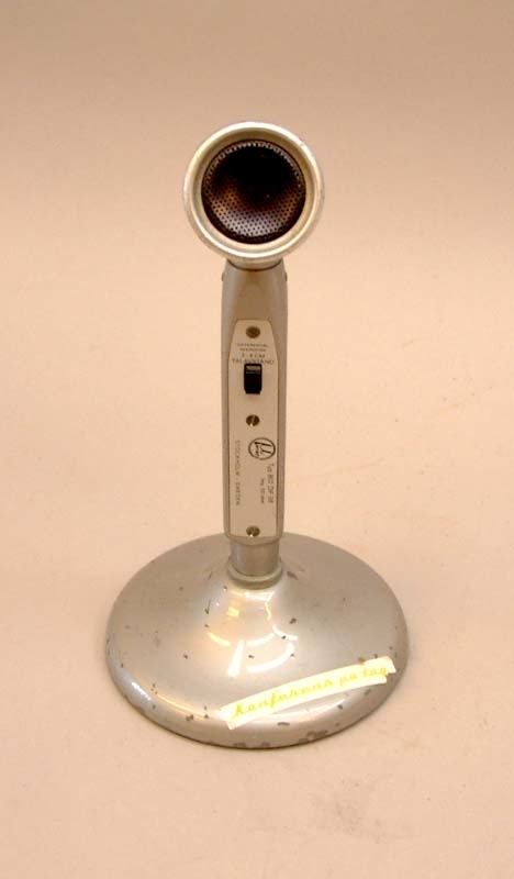 Mikrofon i grå metall. Svart vippknapp för av och påstängning. Talavstånd 2-4 cm.  Modell/Fabrikat/typ: 802 DIF50