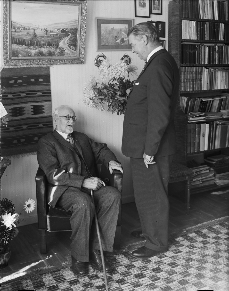 Två män i hemmiljö, Östhammar, Uppland