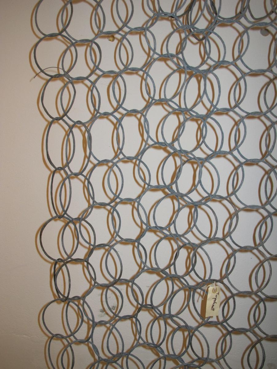 Sperrenett sammensatt av wire-ringer. Ringene er tvunnet av 7 lag (omganger) galvanisert ståltråd, 2 mm tykk. Holdes utspent av jernstenger, med hake i hver ende, ståltråd er surret fast langs sidene. Trolig originalt, men ikke sikkert.