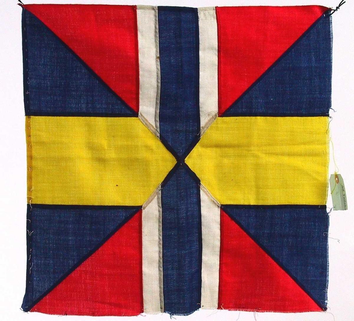 Kvadratisk fragment av norsk (eller svensk) flagg fra unionstiden. Unionsmerke eller sildesalat.  Tydelig avsprettet fra et stort flagg.