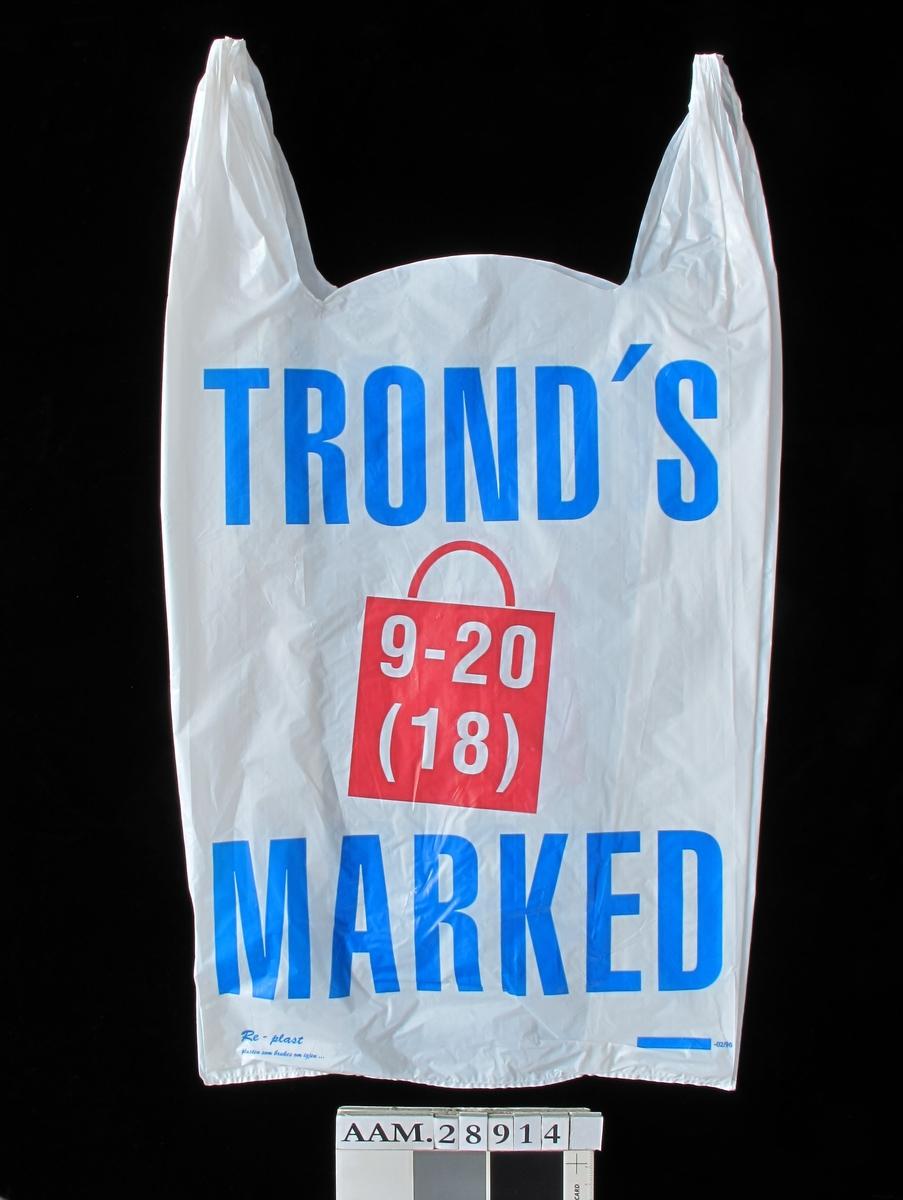 Bærepose for dagligvarer. Tronds Marked i store blå bokstaver.  Produsentstempel. og produksjonsmnd stempel