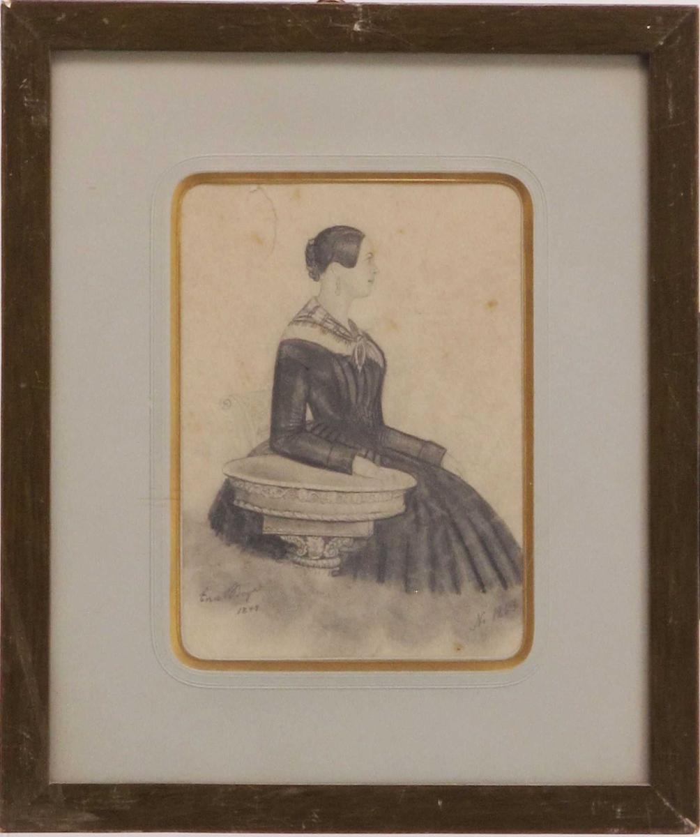 Portrett, kvinne, avbildet i profil vendt mot høyre, 3/4 - figur,med underarmen hvilende på et ovalt sybord e.l. Oppsatt hårflette. Elegant kledd i kjole, med tørkle om halsen.