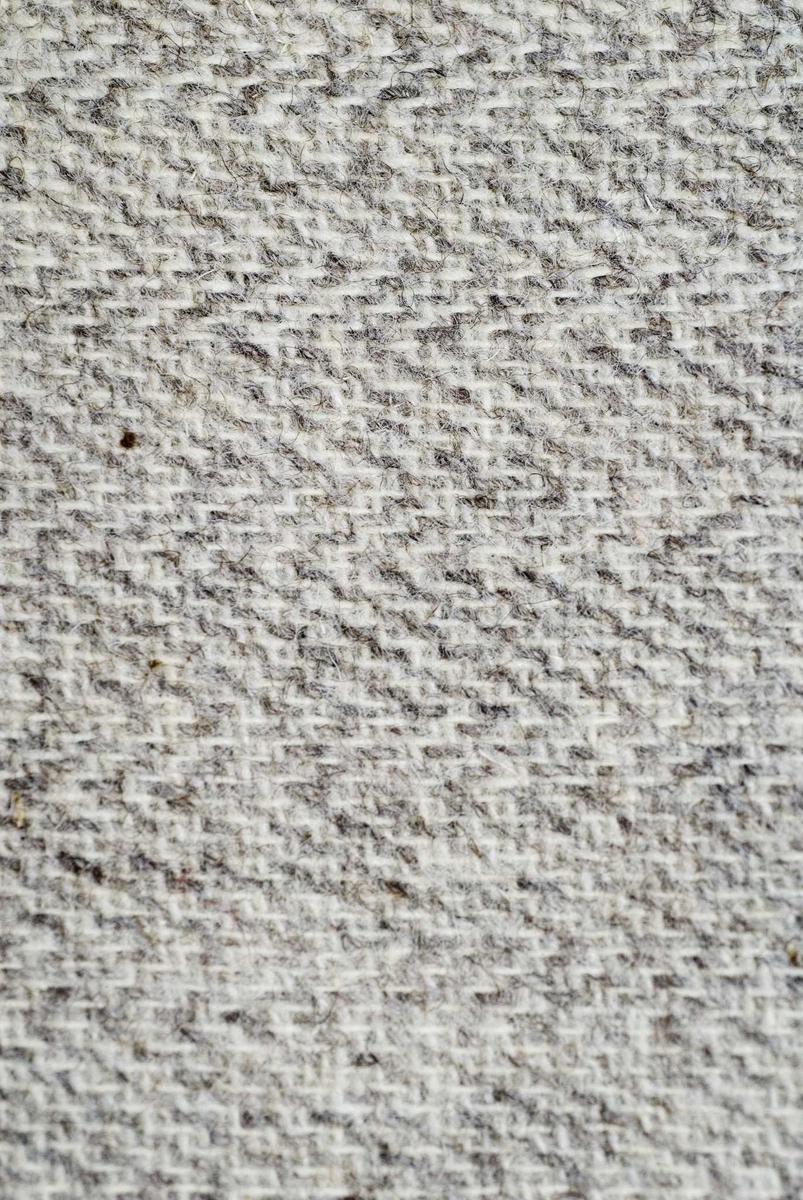 Metervare hjemmevevet ullstoff, fiskebensmønstret tweed.