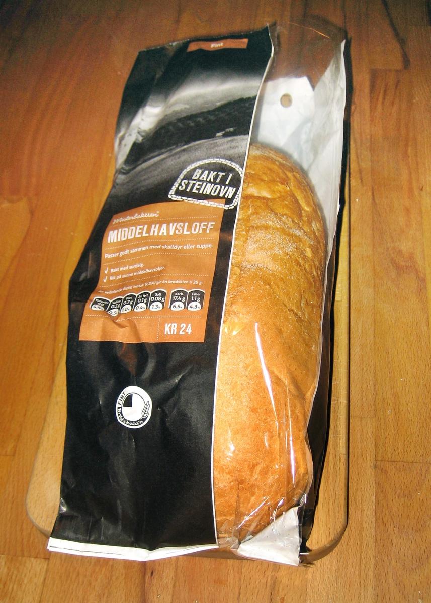 Motivet på brødposen er et landskap med åker og plantede træer i rekker i sort/hvit.