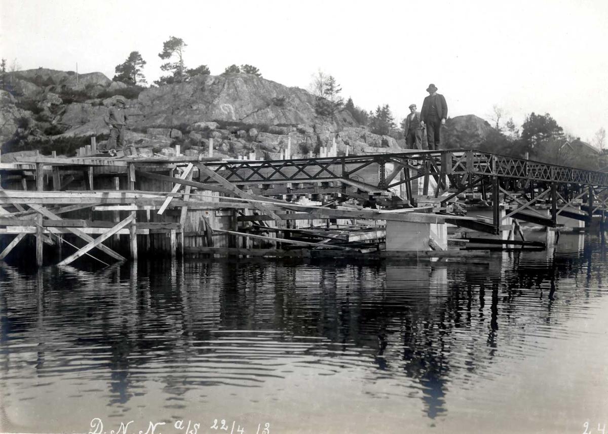 """""""22/04-1913"""" Nitriden. Bygging av kaianlegg. Jernkonstruksjoner, forskalinger. Tromøysund i forgrunnen."""