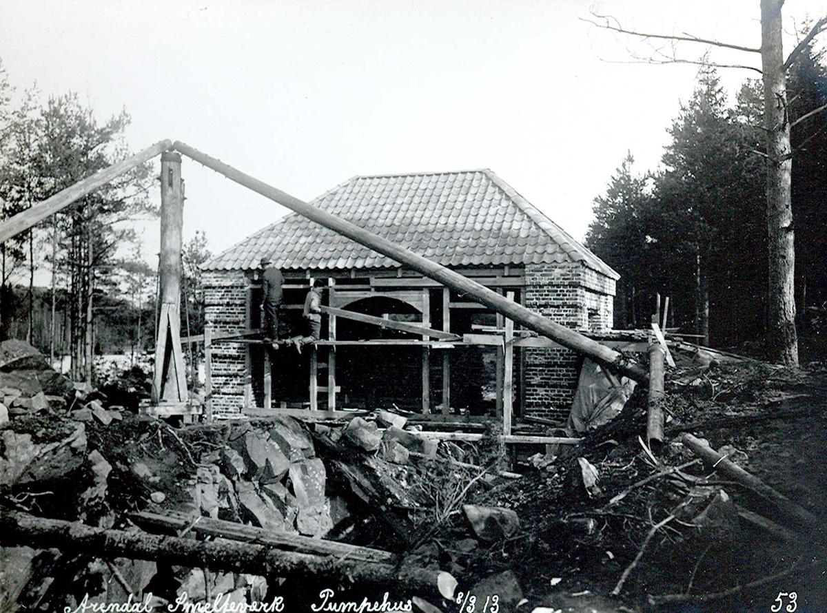 """""""08/03-1913"""" Nitriden. Smelteverket. Pumpehus ved Stemtjern. Stor heisanordning (stubbebryter). Grop for dam i forgrunnen."""