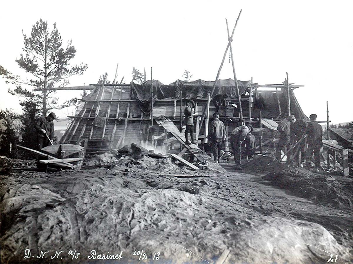 """""""20/02-1913"""" Nitriden. Bygging av høydebasseng for trykkvann til bedriftene. Forskalinger. Til venstre trillebår av tre med jernhjul. Tunge greier."""