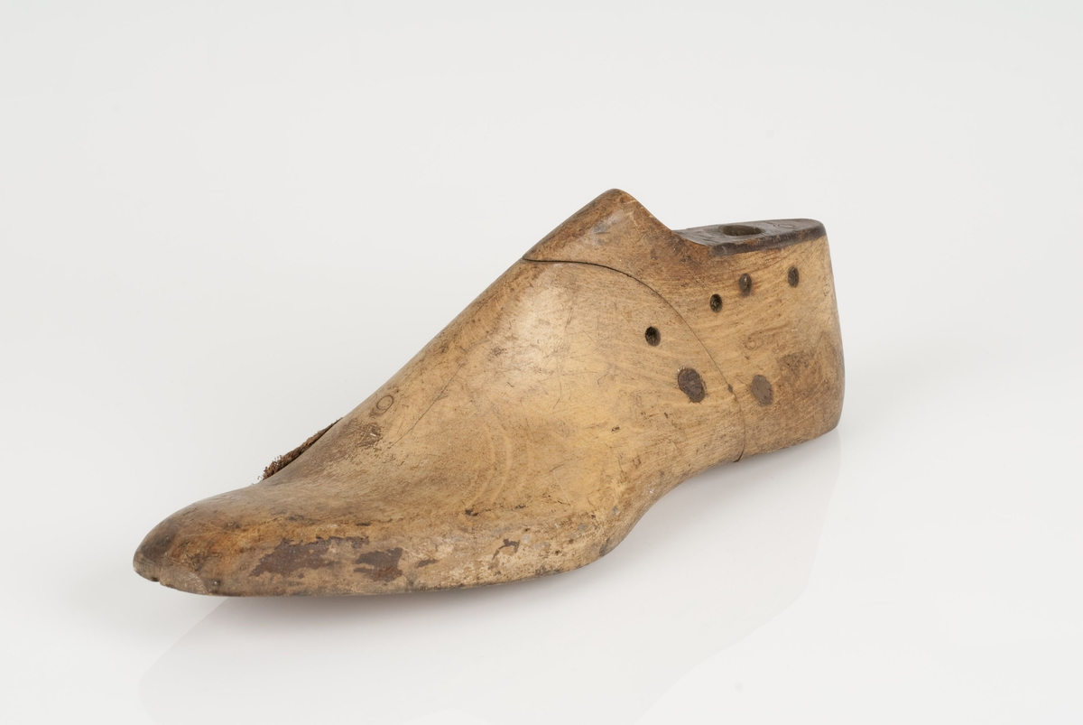 En tremodell; hengslet lest Venstrefot i skostørrelse 44, og 6 cm i vidde. Lestekam i skinn.