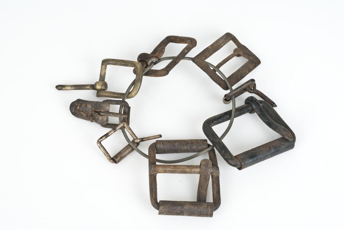 10 beltespenner og to nøkler bundet sammen med ståltråd.