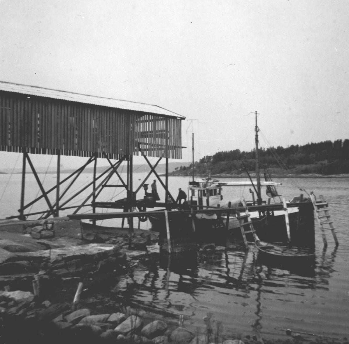 Fiskebåt ved brygga
