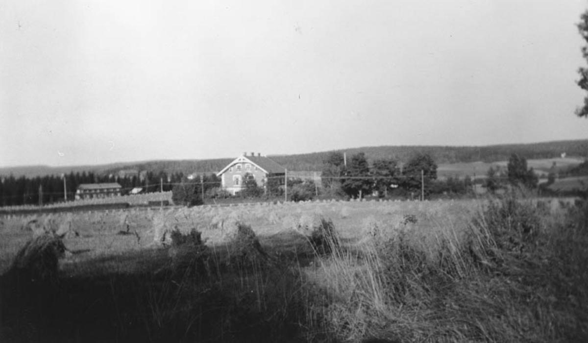 Kråkstad skole med gamlehjemmet i bakgrunden (bygd 1937)