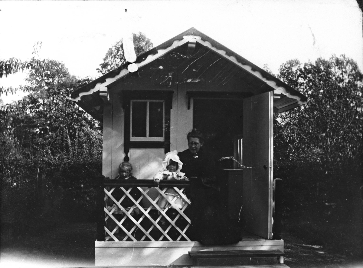 piker, barnepike (Ingeborg), hage, vognskjul, barnemøbel
