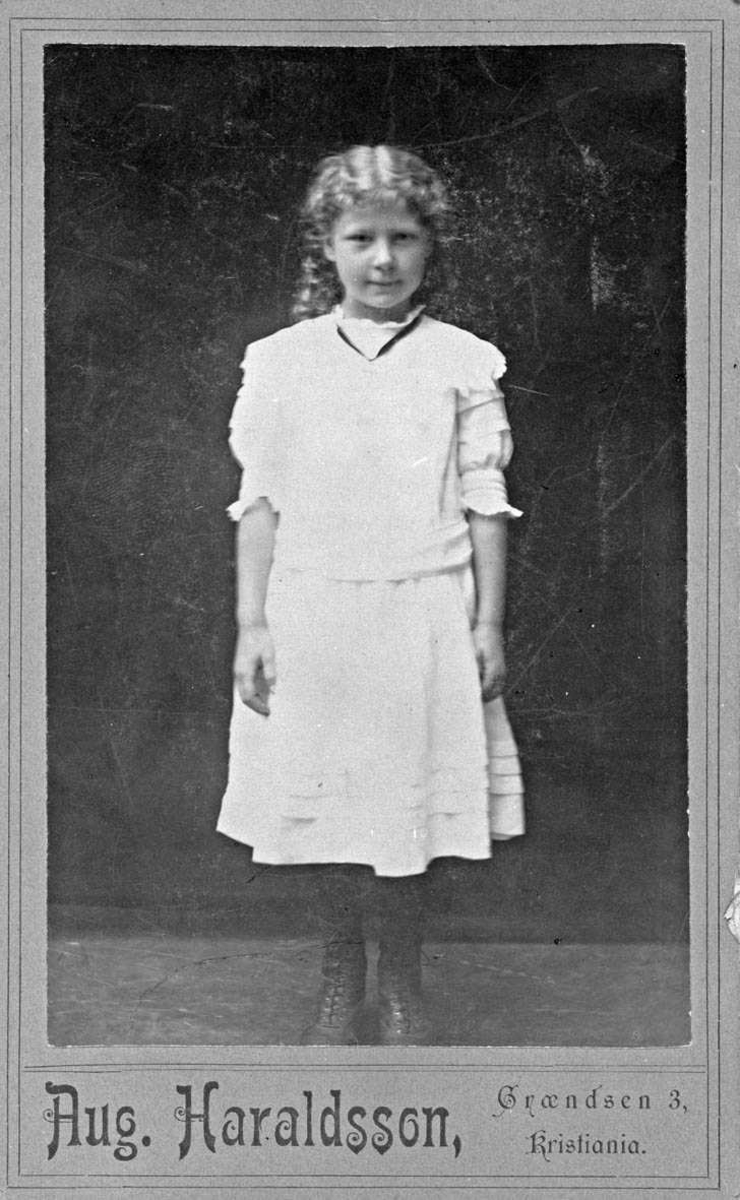 Ingrid Margrete Baarlid (f. 11/11 1902) i helfigur - hvit kjole