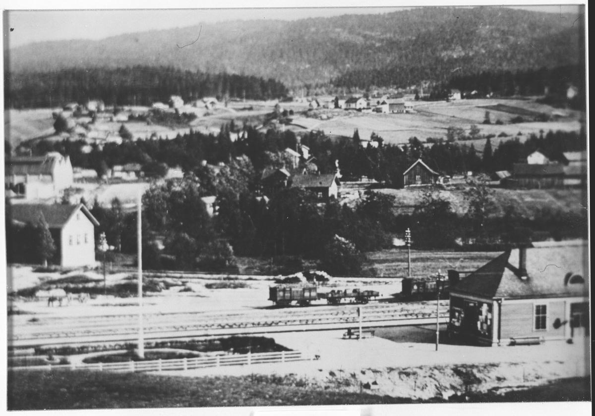Strømmen. Utsikt fra Braatejordet mot Strømmen stasjon, nede til høyre.