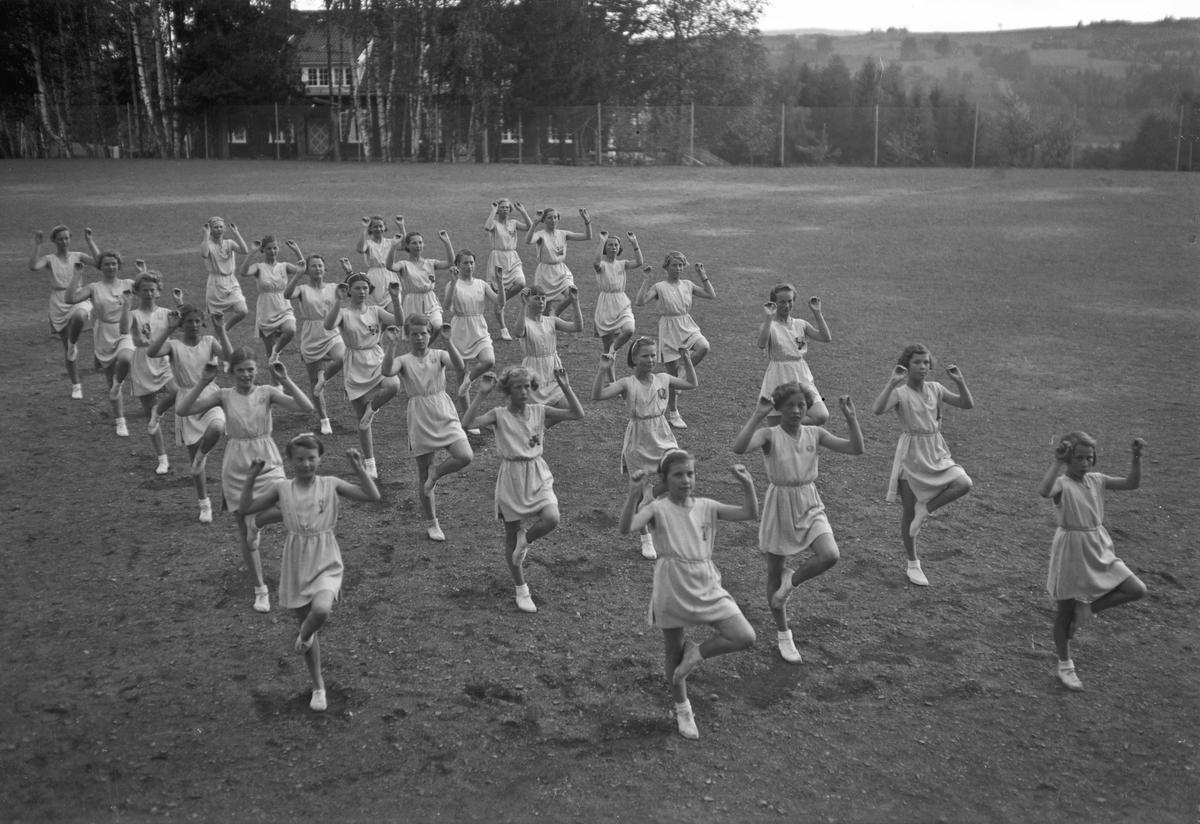 Turngruppe - jenter. Ved Eidsvoll Landsgymnas.