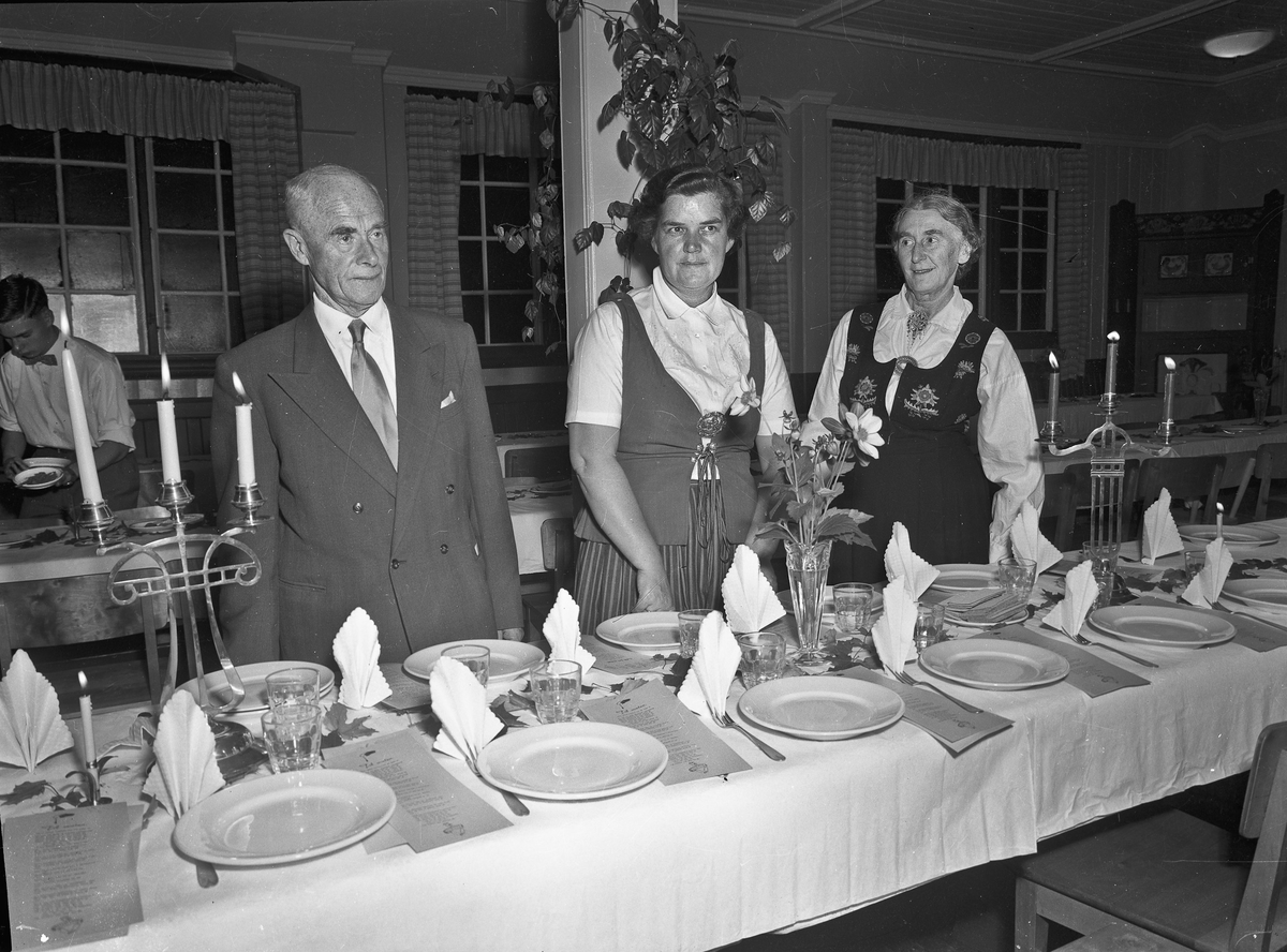 Dekking av bord. Edvard Brakstad til venstre. Ågot Brakstad til høyre.