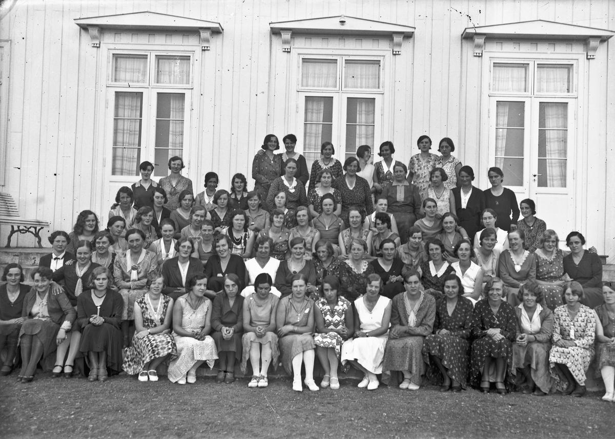 Sannsynligvis fra Akershus Fylkes Husmorskole. Helene Hval til venstre i bildet.