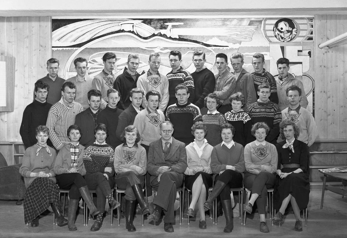 Elever og lærer ved Eidsvoll Landsgymnas.